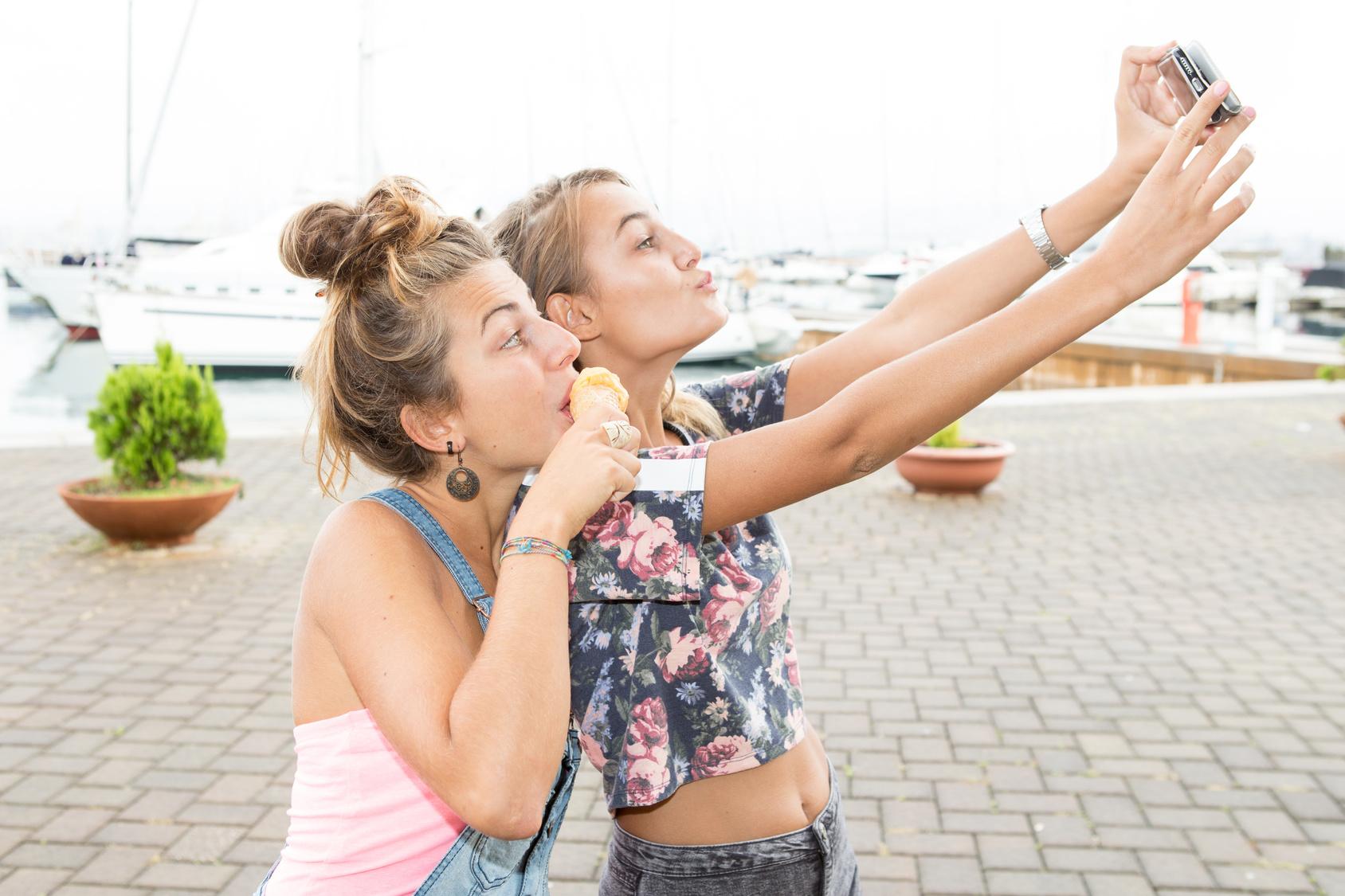Dlaczego nastolatkowie zatracają się w Instagramie i Facebooku?Co właściwie daje publikowanie swoich zdjęć w sieci? Nakatomi LLC
